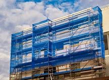 Revêtement bleu sur l'échafaudage de construction photos libres de droits
