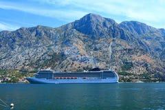 Revêtement de baie de Kotor sur le fond des montagnes photos libres de droits