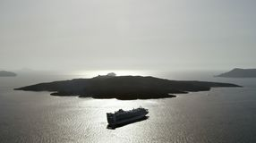 Revêtement de croisière à la mer près de Nea Kameni photo libre de droits