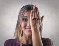 Revêtement de femme son oeil Image stock