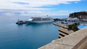 Revêtement de luxe de croisière dans le port maritime méditerranéen, voyages romantiques pour des couples banque de vidéos