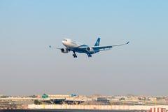 Revêtement de passager d'Oman Air, à l'approche finale pour débarquer à Images libres de droits