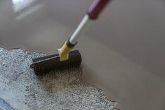 Revêtement de sol avec l'individu nivelant le mortier de ciment Miroir s doux images libres de droits