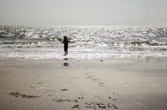 Revêtement debout de Little Boy la mer Image stock