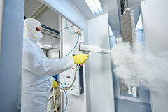 Revêtement des métaux industriel Homme dans la tenue de protection, portant un gaz images stock