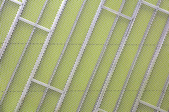 Revêtement en acier de façade sur un mur vert Photos stock