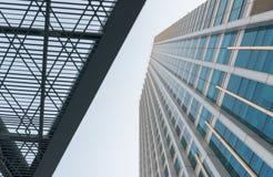 Revêtement en acier de poutres d'architecture moderne la façade en verre de b Photos libres de droits
