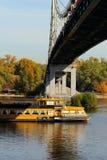 Revêtement et pont de croisière au-dessus de la rivière Dnieper, Kiev, Ukraine images stock