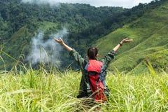 Revêtement victorieux de bon et fort poids de liberté heureuse de sentiment de femme de randonneur sur la montagne naturelle Photos stock