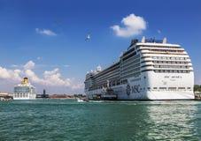 Revêtements de croisière d'océan au pilier dans le port maritime à Venise Image libre de droits