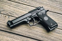 Revólver, close-up da pistola de 9mm no fundo de madeira Imagens de Stock Royalty Free