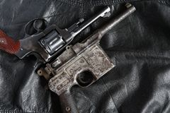 Revólver e pistola velhos fotos de stock royalty free