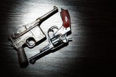 Revólver e pistola velhos fotografia de stock royalty free