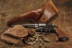 Revólver hecho americano 1901 con la vendimia Ammunitio Foto de archivo libre de regalías