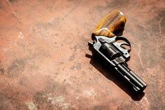 Revólver no backgroound vermelho concreto Fotografia de Stock
