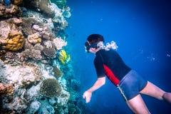 Rev för Snorkeler Maldiverna Indiska oceanenkorall Fotografering för Bildbyråer