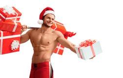Rev sönder Santa Claus hållande skivstång och ge siggåvor Royaltyfria Bilder