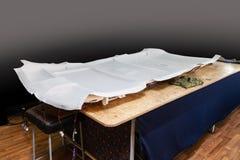 Rev?tement de plafonds gris enlev? de la voiture pour accorder et attacher avec le mat?riel mou gris sur une table dans l'atelier photos libres de droits