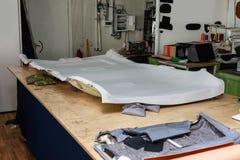Rev?tement de plafonds gris enlev? de la voiture pour accorder et attacher avec le mat?riel mou gris sur une table dans l'atelier photos stock