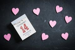 Reva-avkalender som omges av hjärtor med 14th februari överst Royaltyfri Fotografi