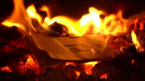 Reva-avkalendern br?nner beautifully i brandn?rbild stock video