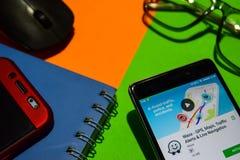 Revelador app de Waze - de GPS, de los mapas, de las alarmas del tráfico y de Live Navigation en la pantalla de Smartphone fotografía de archivo