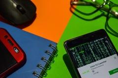 Revelador app del lanzador de Linux CLI en la pantalla de Smartphone imágenes de archivo libres de regalías