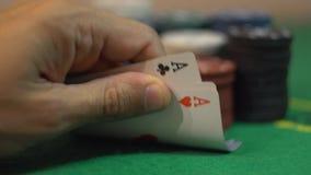 Revelando quatro áss na tabela verde do casino com microplaquetas de pôquer video estoque
