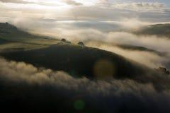 Revelas nevoentos do nascer do sol um mar das nuvens imagem de stock royalty free
