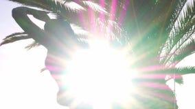 Revele el resplandor solar detr?s de la estatua de la sirena en Cascais, Portugal almacen de metraje de vídeo