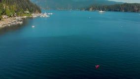 Revele el tiro de la bahía de la ensenada profunda en Vancouver del norte almacen de metraje de vídeo