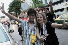 Revellers firar det thailändska nya året Royaltyfria Bilder