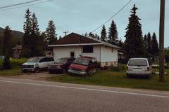 Revelstoke bBritish Columbia, Kanada - Juni 2017: fattigt hus a arkivbilder
