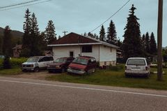Revelstoke, Colombie bBritish, Canada - juin 2017 : maison pauvre a images stock