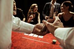 Revendeur battant des cartes dans des mains Image libre de droits