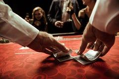 Revendeur battant des cartes dans des mains Photo stock