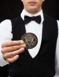 Revendeur tenant la pièce de monnaie de demi-dollar Photo libre de droits