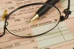 Revenu global dans la déclaration d'impôt sur le revenu Images stock