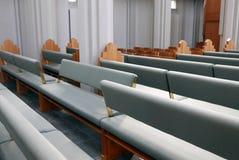 Reversiblesbanken in een moderne kerk Stock Afbeeldingen