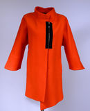 Revestimento à moda vermelho no manequim isolado no fundo cinzento Imagem de Stock