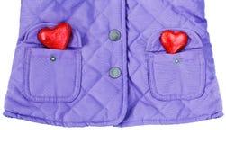 Revestimento acolchoado, dois corações vermelhos em uns bolsos Fotografia de Stock Royalty Free
