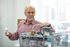 Revestimento agradável do homem superior que imprime um modelo com a impressora 3D Imagem de Stock Royalty Free