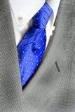 Revestimento azul do terno do laço da camisa branca Imagens de Stock