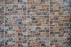 Revestimento da parede de pedra feito dos painéis artificiais das rochas É usado para exteriores mas igualmente para interiores r fotografia de stock royalty free