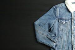 Revestimento da sarja de Nimes no fundo preto fotografia de stock