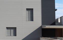 Revestimento de alumínio em uma fachada de uma casa moderna da construção nova no estilo minimalista Foto de Stock Royalty Free