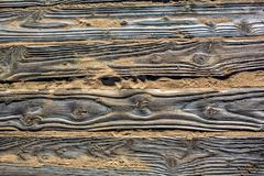 Revestimento de madeira detalhado Textured das pranchas na areia na praia com pegadas das sapatas imagem de stock royalty free