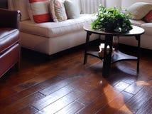 Revestimento de madeira duro na área da sala de visitas imagem de stock royalty free