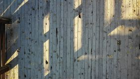 Revestimento de madeira exterior com folhas imagem de stock royalty free