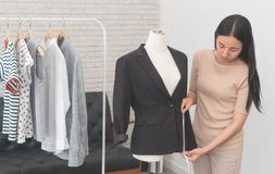 Revestimento de medição do desenhista asiático do estilista da forma fotos de stock